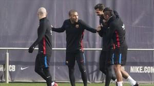 Rafa Alcántara continúa entrenando con le Barça a la espera de su salida