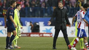 Simeone (derecha) defendió a Messi (segundo por la izquierda) de las críticas que recibe en Argentina
