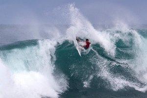 El surfista profesional estadounidense Griffin Colapinto compite durante el día 4 del torneo Hawaiian Pro en Haleiwa.