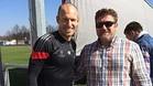 El técnico del CD Masnou, Miguel López, junto a Arjen Robben, jugador del Bayern Múnich