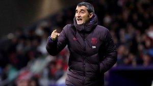 Valverde, dirigiendo al Barça en el Wanda