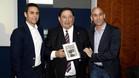 Victoriano Sánchez Arminio (c) dio el testigo como presidente del Comité Técnico de Árbitros (CTA) a Carlos Velasco Carballo (i), durante un homenaje ofrecido por el nuevo presidente de la RFEF Luis Rubiales