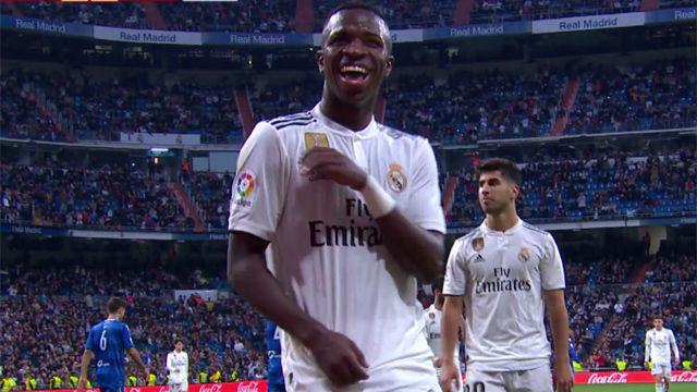 Vinicius no solo marca, también baila samba. La cara de Asensio lo dice todo