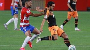 Yangel Herrera pugna por un balón con el valencianista Parejo