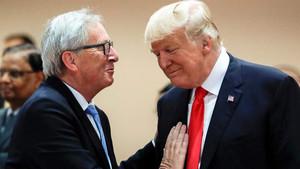 Juncker (izquierda) habla con Trump.
