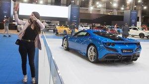 Una mujer se hace un selfie junto al Ferrari F8 Tributo.