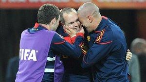 Andrés Iniesta y Víctor Valdés celebran el título de campeones del mundo