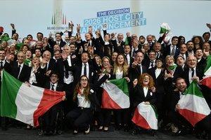 La delegación de la candidatura de Milán-Cortina dAmpezzo celebran la decisión del Comité Olímpico Internacional (COI) de que sea la ciudad italiana la que organice los Juegos Olímpicos de Invierno del año 2026, este lunes en Lausana (Suiza).