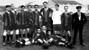 El equipo que el FC Barcelona presentó contra el Universitari en un duelo del Campionat de Catalunya (12-2) celebrado el 7-11-1915. Massana, en el centro, entre Alcántara y el meta Brú, destaca por su altura