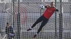 Jasper Cillessen, durante el entrenamiento de esta mañana en la Ciutat Esportiva Joan Gamper