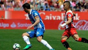 Javi López, perseguido por Borja García en una jugada del Girona-Espanyol del pasado curso.