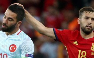 Jordi Alba consuela a Arda Turan al fin del partido. Fue una mala noche para el turco
