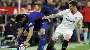 Lenglet disputa un balón con Suárez