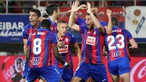Los jugadores del Eibar celebran el tanto del triunfo armero