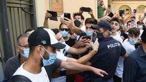 Luis Suarez (izquierda) sale de la Universidad de Perugia el pasado 17 de septiembre