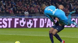 Mbappé salió malparado del choque con el guardameta del Lyon, Lopes