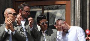 El mediocampista francés de Bayern Munich, Franck Ribery (R), reacciona durante una ceremonia en el balcón del ayuntamiento en Munich, sur de Alemania, después de que Bayern Munich ganara la final de la Copa de Alemania.