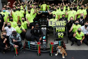 Mercedes, Hamilton y su perro Roscoe celebran el récord de victorias