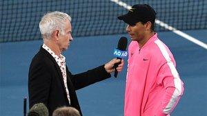 Nadal charlando con McEnroe tras su partido