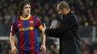 Puyol escucha las intrucciones de Josep Guardiola desde la banda durante el Barça-Málaga de la temporada 2010/11