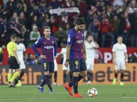 Sevilla FC, 2 - FC Barcelona, 0, decepción de los jugadores del Barça al final del partido.