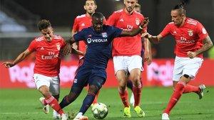Taguy Ndombèlé (centro), en acción durante un amistoso entre el Benfica y el Olympique de Lyon, está en la agenda del Barça