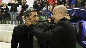 Valverde saludó a Paco López antes del inicio del encuentro