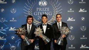 Alonso, con sus compañeros Nakajima y Buemi, en la Gala de Campeones FIA