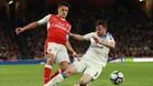 Alexis desborda a Brian Oviedo, del Sunderland