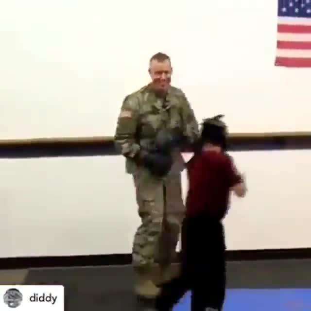 Así fue el reencuentro de un soldado con su hijo después de un año sin verle