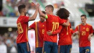 Dani Olmo celebra con sus compañeros uno de sus goles a Montenegro