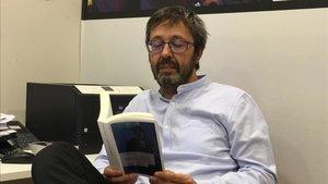 Edu Castro, técnico del hockey azulgrana, leyendo