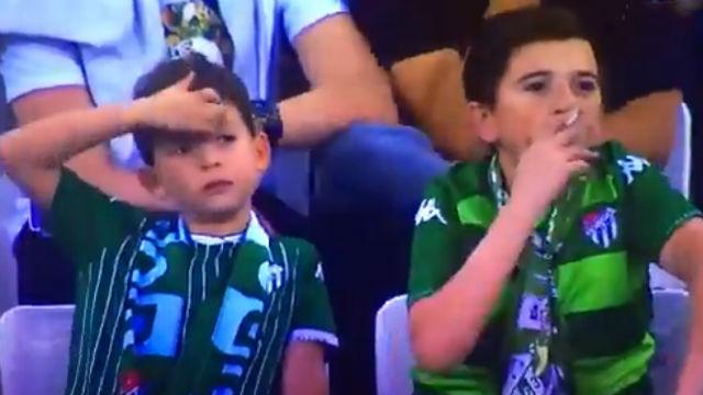 ¡Inaudito! El niño fumador del Bursaspor que se ha convertido en el meme del momento