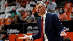 Jasikevicius se queja a los árbitros en una acción del partido