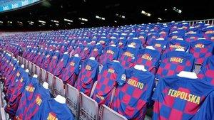 Las camisetas del Barça situadas en uno de los goles del Camp Nou