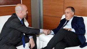 Luis Rubiales y Javier Tebas se saludan