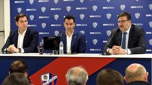 Manuel Torres, a la izquierda de Míchel durante la presentación del técnico.