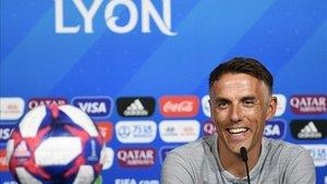 Neville, relajado y sonriente durante su comparencia ante los medios