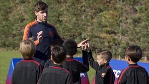 Sergi Roberto, con los niños de la FCB Escola