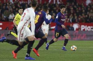 Sevilla FC, 2 - FC Barcelona, 0, Carles Aleñà disputando el balón.