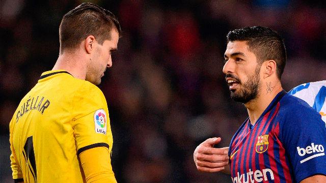 Suárez pidió penalti, el VAR dijo que nada
