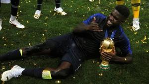 Umtiti, un hombre feliz con la Copa en sus manos