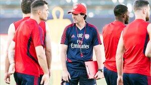 Unai Emery, con gorra y silbato, dirige la sesión del Arsenal