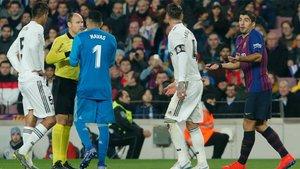 Varane, Courtois, Sergio Ramos y Luis Suárez discuten con Mateu Lahoz durante el clásico Barça-Madrid de la Copa del Rey 2018/19