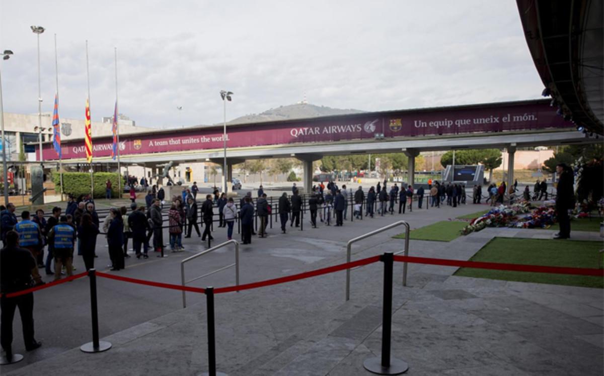 Siguen las colas en el Camp Nou para despedir a Johan Cruyff