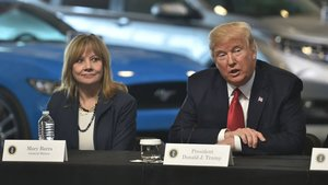 Mary Barra (izquierda) junto a Donald Trump.