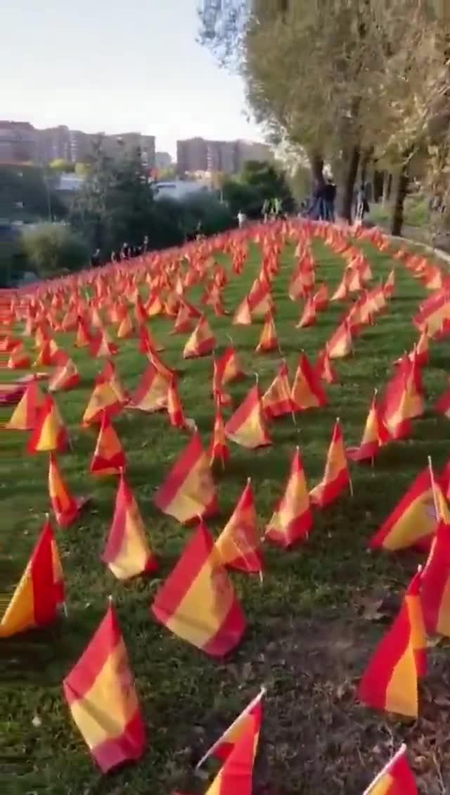 Colocan más de 50.000 banderas de España en homenaje por los muertos del coronavirus