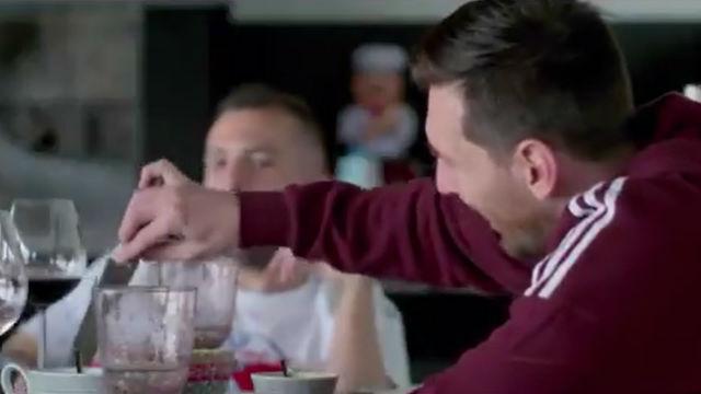 Se desvela los dos jugadores que comen en la mesa de Messi