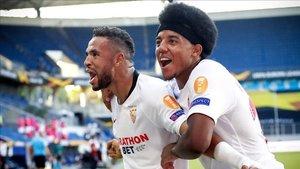En-Nesyri y Koundé durante el partido ante la Roma en la Europa League 2019-20.