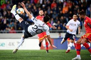 Florian Thauvin (I) chuta y marca un gol durante el partido de clasificación para la Eurocopa UEFA 2020 entre Andorra y Francia en el Estadio Nacional en Andorra La Vella.